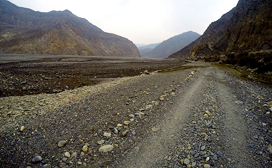 Walking the River bed from Jomson to Marpa on Annapurna Circuit